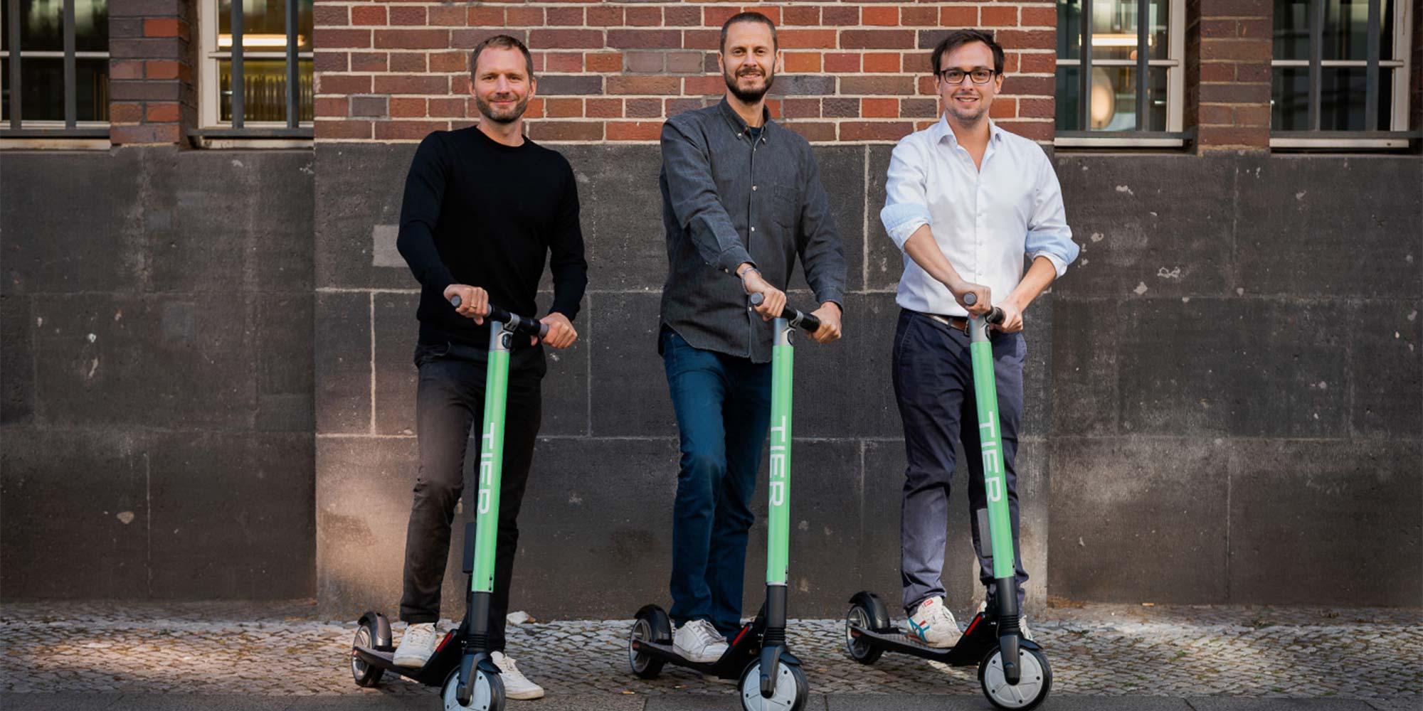 Die Gründer von TIER Mobility und ihre E-Scooter